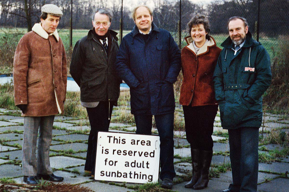 Tony Harris, Gavin Alexander, Stuart Leamy, Jane Smith and Roy Freeman after the pool was handed to the Hampton Pool Limited (now Hampton Pool Trust) in December 1984.