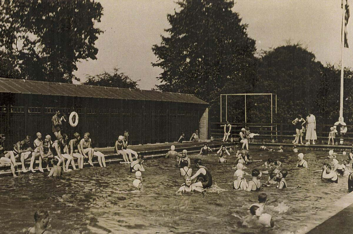 The pool and cubicles in the 1930s